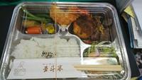 キッチン五斗米 テイクアウトのお弁当をお召し上がりください。はい。ありがとうございます。順番にいただきます。