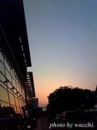 黄昏のイーグレと飛行機雲・・