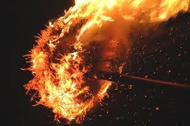 燃え上がる火の粉が語りかけること。