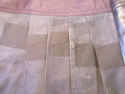 プリーツショートパンツの革破れ修理