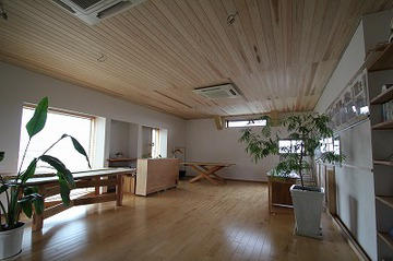エコルームの天井に杉板