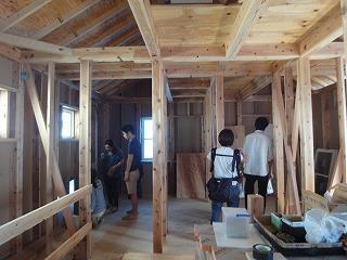 山手台の家、外部塗り壁作業中