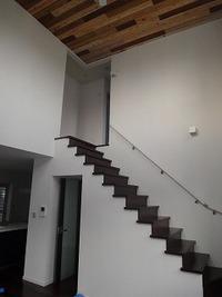 福里の家 床は黒、壁が白、天井は無垢の家