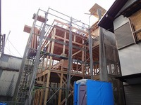 粟津の家、スキップフロアの構造上棟