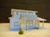 地産地消の野谷の家、模型通りに棟上げ作業