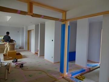 谷八木Ⅲの家、外装が完成し、足場解体中