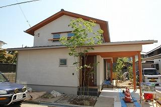 上ノ丸の家、外構工事の植込み作業中