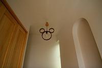 錦が丘の家の玄関を入るとミッキーマウスの照明