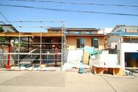 松が丘の家、建物屋根一体のガレージ屋根