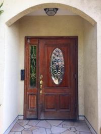 自宅の木製玄関を半日で取り替え