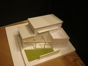 オープンデッキと三角庭のある家