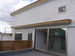 「オープンデッキと三角庭を楽しむ家」仕上げ作業中