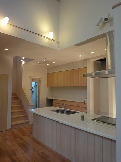 センターキッチンから眺める大空間の吹き抜けの家