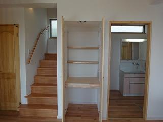 江井島Ⅱの家、階段下を有効利用