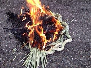 しめ縄飾りをどんと焼き