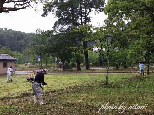 八幡宮にて草刈