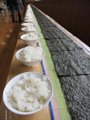力を合わせて、20メートル巻き寿司完成!