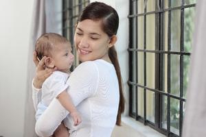 赤ちゃんを抱っこする母