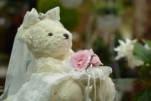 花嫁姿のクマのぬいぐるみ
