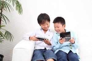 ゲームをする男の子たち