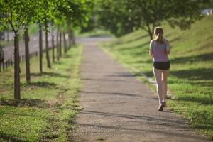 道を走る女性