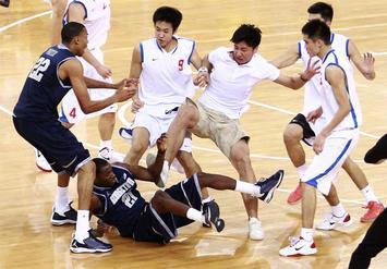 米中、バスケ親善試合で大乱闘