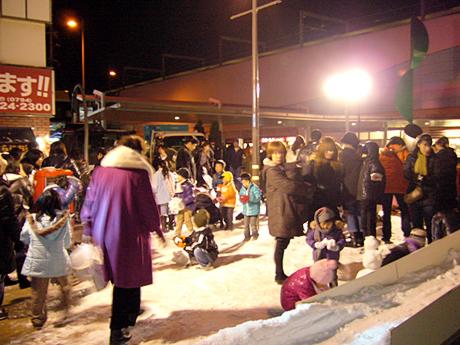 人工雪で遊ぶ子ども達