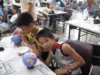 小学生達集まれ 地球儀作りだよ